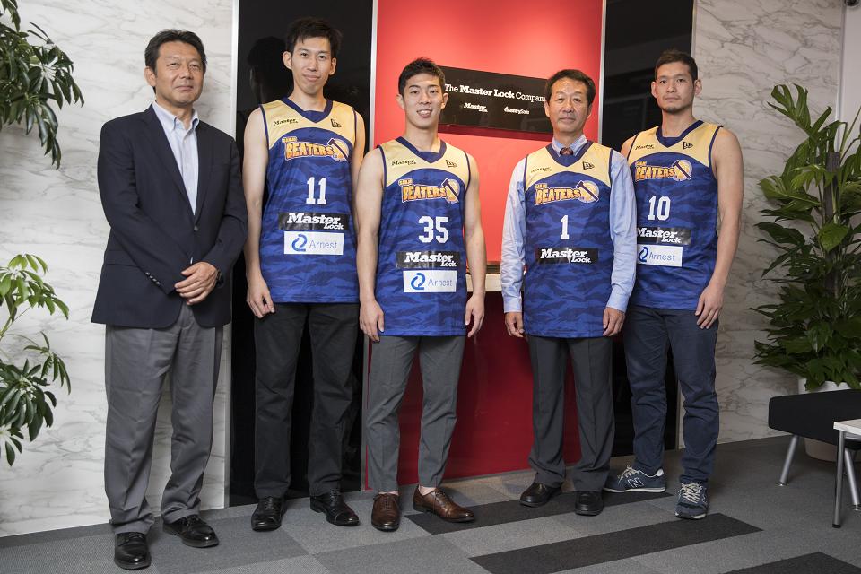 三条ビーターズ:柴山ディレクター(写真左)、小沼選手(#11)、南条選手(#35)、松岡選手(#10) マスターロック:松岡代表取締役(写真右から2番目)